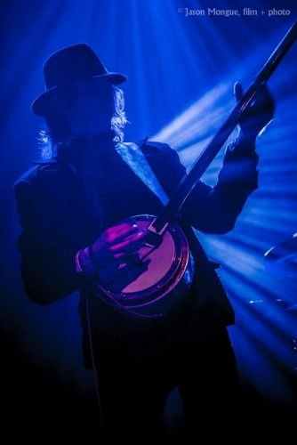 musician-collaborator-eenor-plays-banjo