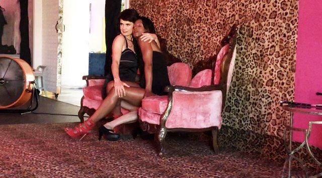 musician-onah-indigo-embraces-stylist-deidra-alexander-drip-studios-in-los-angeles